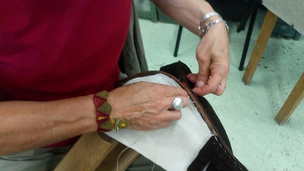 sandrine en train de coudre le cuir